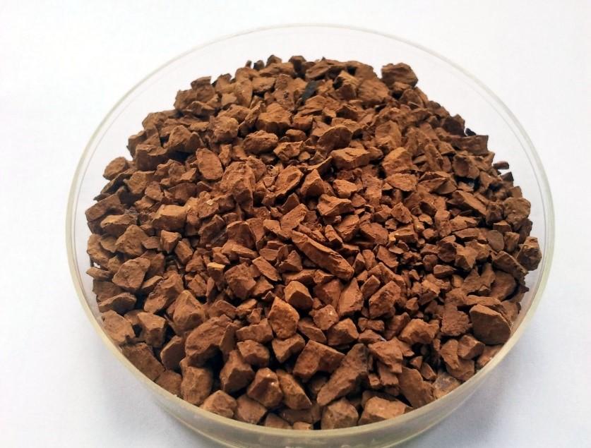 Das Bild zeigt Agglomerate, die aus dem Rohprodukt Schwertmannit gewonnen wurden und als Schüttgut in Adsorptionskolonnen zur Wasserreinigung eingesetzt werden können.
