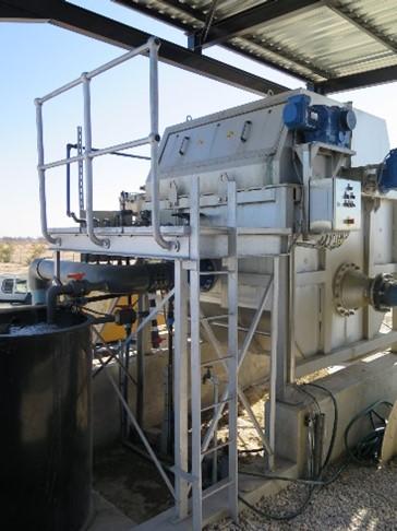 Außenansicht einer Siebmaschine, Behälter aus Edelstahl, mit Wartungsbühne und Prozesswassertank