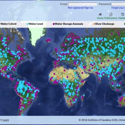 Screenshot der HydroSat Webseite. Zu sehen ist eine Weltkarte, auf der hunderte Punkte eingezeichnet sind, an denen Wasserstanddaten verfügbar sind. Eine Legende unterschiedet folgende vier Punktkategorien: Surface Water Extent, Water Level, Water Storage Anomaly, und River Discharge.