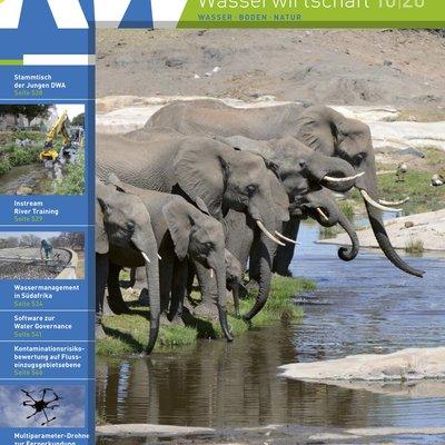Deckblatt der Ausgabe 10-2020 der Zeitschrift Korrespondenz Wasserwirtschaft. Zu sehen sind drei Elefanten an einer Wasserstelle.