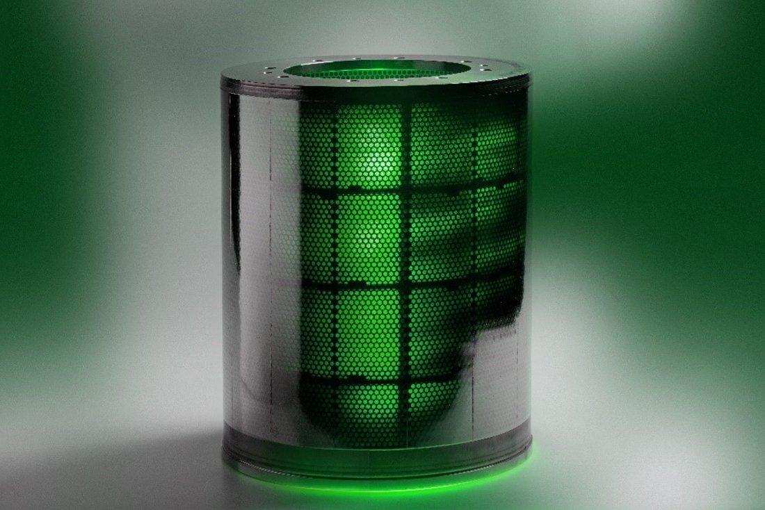 Das Bild zeigt den zylindrischen SimConDrill Zyklonfilter mit lasergebohrter Filterfolie mit 10 µm großen Löchern. Die kleinen Löcher sind in einer wabenartigen Stützstruktur positioniert, die die Festigkeit des Filters erhöhen