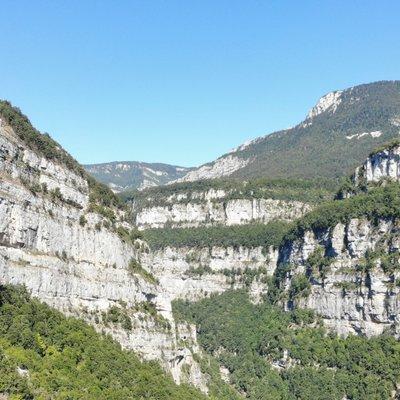 Das Foto zeigt eine karstige mediterrane Landschaft mit großen Felskanten die spärlich bewachsen sind.
