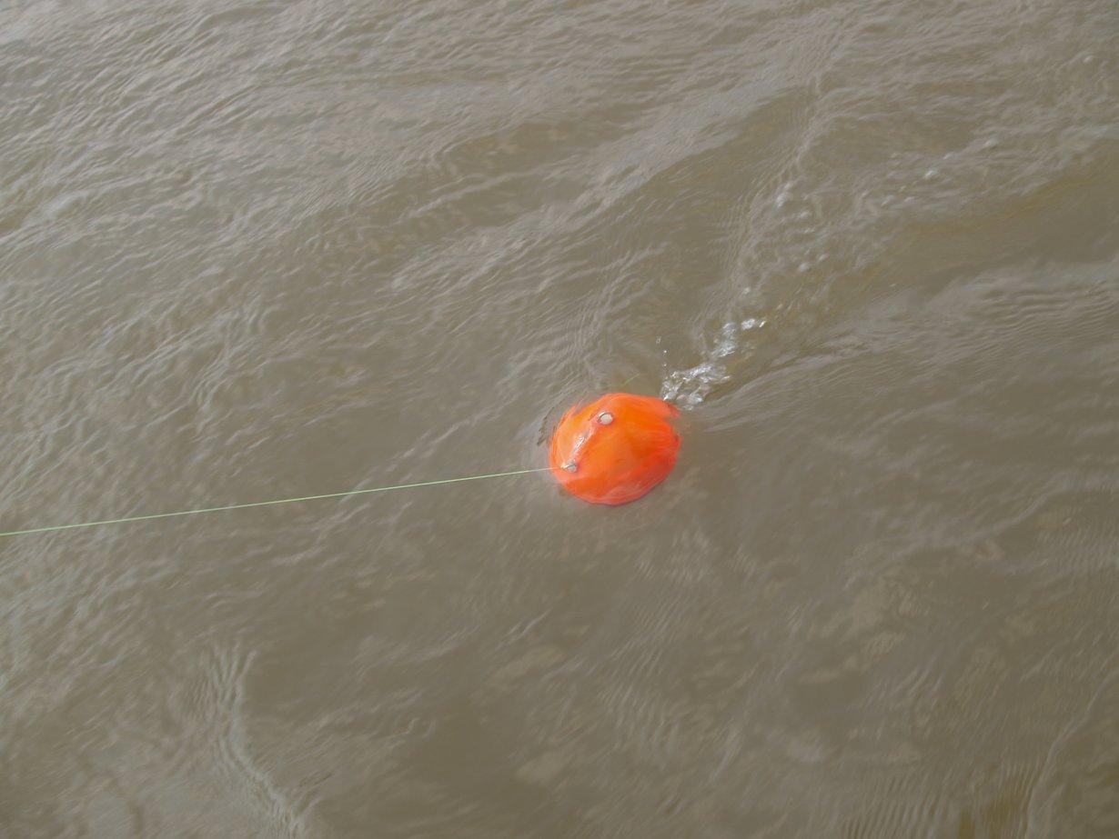 Sonarsensor im Wasser, gezogen von Drohne