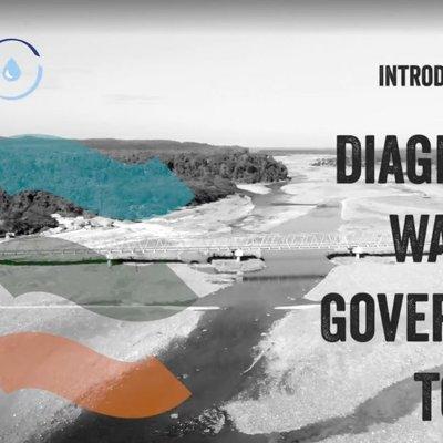 """Screenshot des Videos: Der Titel """"introducing the diagnostic water governance tool"""" ist und das """"STEER""""-Logo sind zu sehen. Im Hintergrund ist ein schwarz-weißes Foto eines Flussbettes mit niedrigem Wasserstand."""