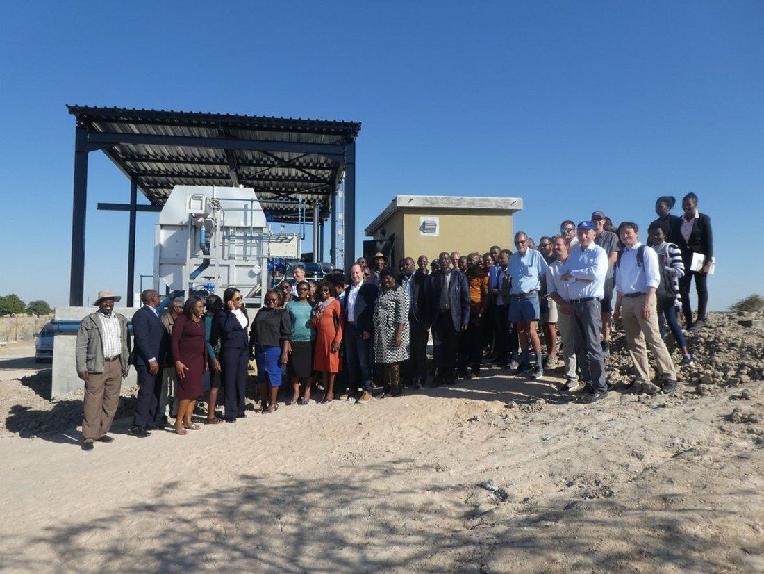 Gruppenfoto der Teilnehmerinnen und Teilnehmer des 3. Treffens der Kläranlagennachbarschaft im Juni 2018 in Outapi, Namibia, aufgenommen vor den Anlagen zur Vorbehandlung des Abwassers
