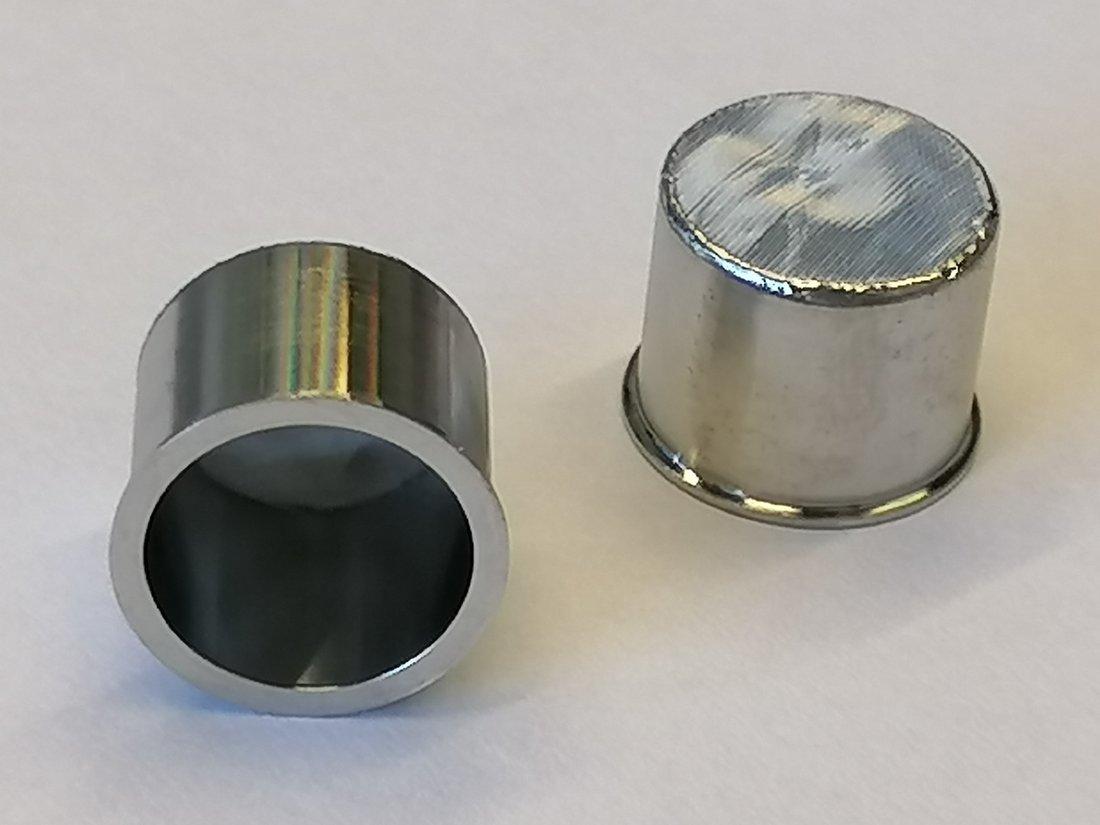 Optisches Foto eines Mikroliterfiltertiegels aus Edelstahl (Höhe 10 mm, Breite 13 mm, Porenweite des Tressengewebes 5 µm)