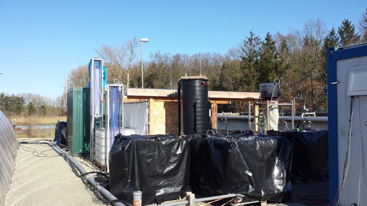 Das Abwasser durchfließt mehrere Aufbereitungsstufen, bevor es als Bewässerungswasser in das hydroponische System gelangt.