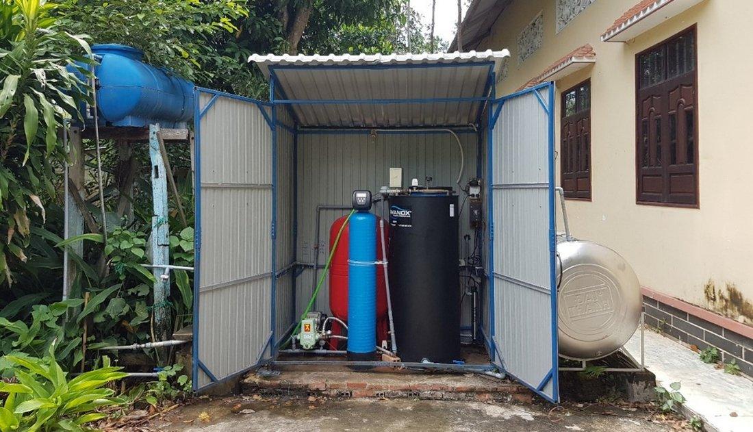 FERMANOX® Pilotanlage im Mekong Delta, Vietnam inkl. Förderpumpe und Druckbehälter (rot), SAR Tank (Schwarz) mit Regelungseinheit und Granulatfilter (blau) zur Vorentfernung von Mangan.