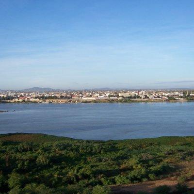 Zu sehen ist ein Foto der Flusslandschaft des São Francisco vor der Stadt Petrolina in Brasilien.