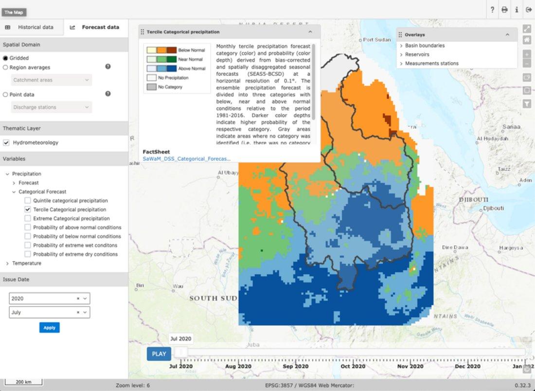 Zu sehen ist ein Screenshot des operationellen Online-Vorhersagetools, das auf einer Landkarte die vorhergesagten Niederschlagskategorien über den Flusseinzugsgebieten des Blauen Nils und des Tekeze-Atbara in Äthiopien und Sudan für Juli 2020 zeigt. Farbkodiert ist die wahrscheinlichste Kategorie, wobei die Farbintensität mit zunehmender Wahrscheinlichkeit ansteigt. Dargestellt sind die Kategorien für überdurchschnittlich viel, normal viel und unterdurchschnittlich wenig Niederschlag im Vergleich zur Klimatologie. Seitenleisten, Legendenbox und Zeitschieber zeigen weitere Funktionalitäten und Auswahlmöglichkeiten des Online-Vorhersagetools.