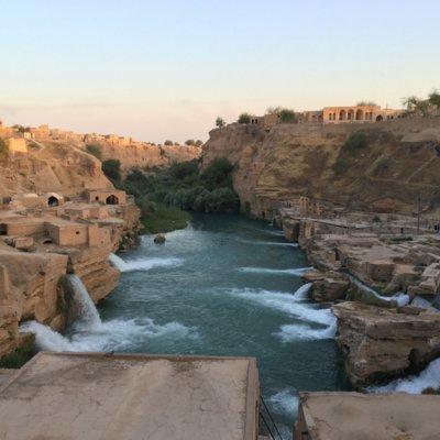 Zu sehen ist ein Foto der Wasserfälle des historischen Hydrauliksystems Shushtar im Iran.