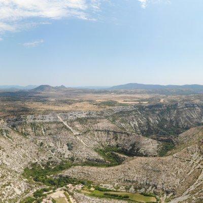 Das Foto zeigt eine Luftaufnahme einer felsigen, mediterranen Landschaft.