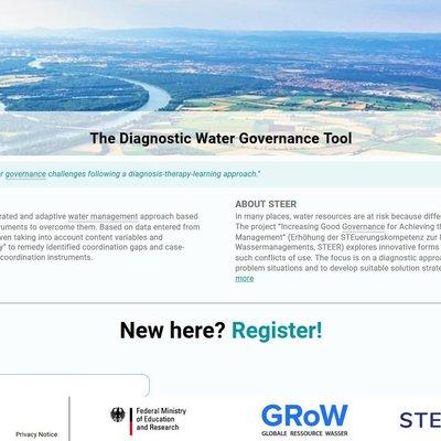"""Das Bild zeigt die Startseite der Plattform """"The Diagnostic Water Governance Tool"""". Zu sehen ist eine Luftaufnahme von einem flachen Gebiet mit Flusslauf, landwirtschaftlicher Nutzung und verschiedenen Siedlungsstrukturen. Darunter findet sich eine Kurzerklärung des Projekts STEER und des Tool sowie ein Button zur Registrierung auf der Plattform."""