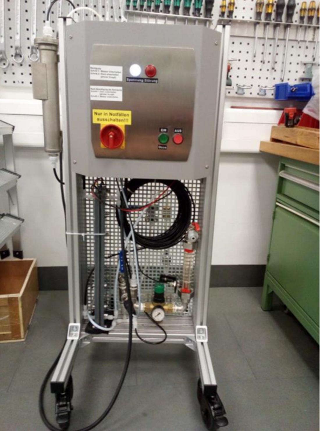 Innovatec OzonArray Elektrolysezelle bestehend aus 100 strukturiert angeordneten Elektrodensystemen in rollbarem Prüfstand zum direkten Anschluss an die Trinkwasserleitung.