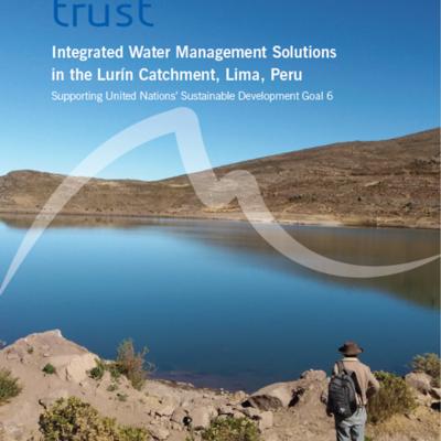 """Titelseite des Berichtes mit dem Schriftzug """"Integrated water management solutions in the Lurín catchment, Lima, Peru - Supporting United Nations' Sustainable Development Goal 6"""". Im Hintergrund das Photo eines Mannes vor einem Stausee im andinen Hochland."""