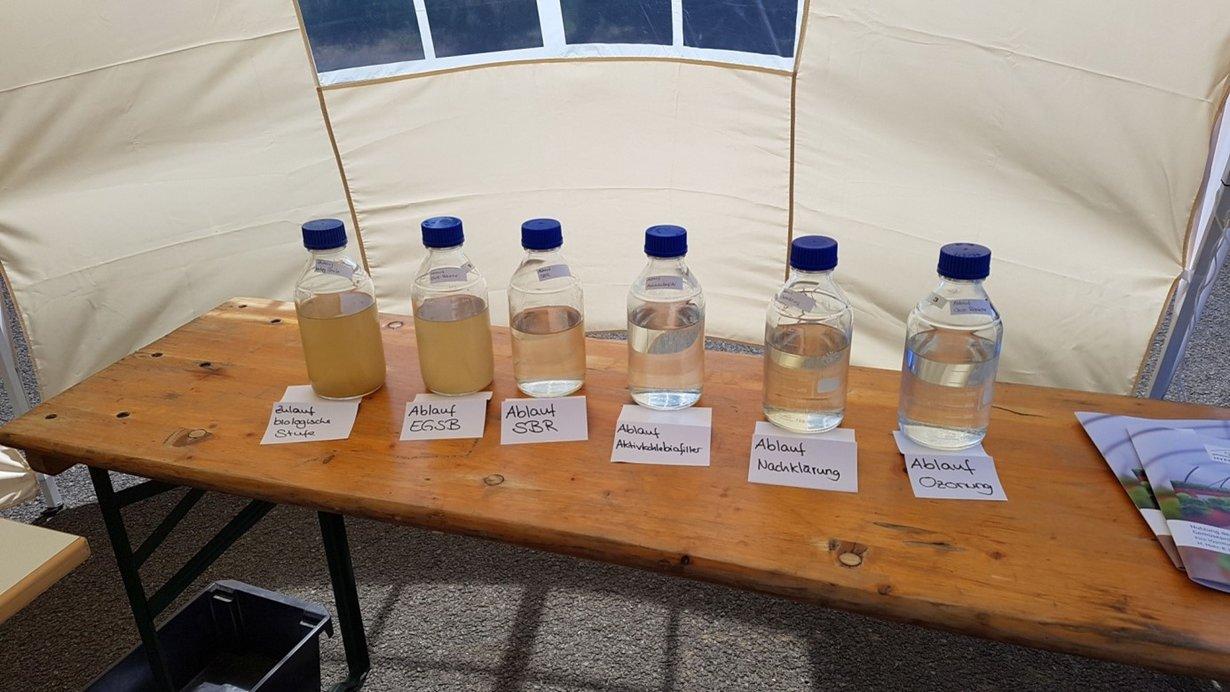 Von links nach rechts wird das Bewässerungswasser immer sauberer und klarer.