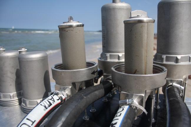 """Zwei offene Kerzenfilter der """"Rocket"""" mit Partikeln aus einer Ostseewasser Probe"""